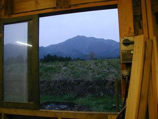 先輩の家具工房から見える阿蘇の山